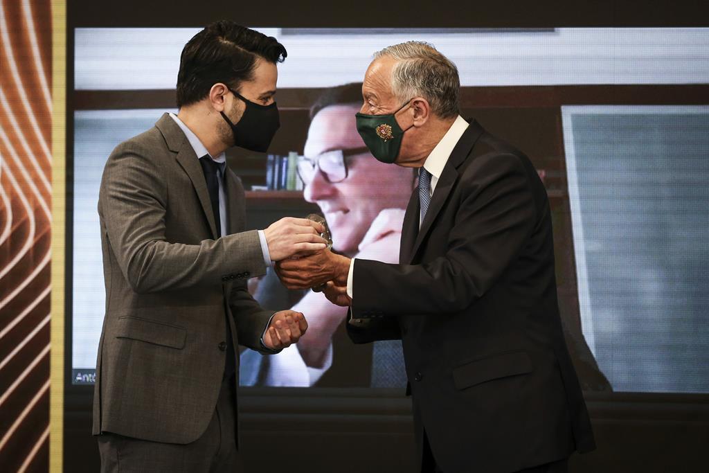 João Marco Silva a receber o prémio das mãos do Presidente da República (foto: Rodrigo Antunes/Lusa)